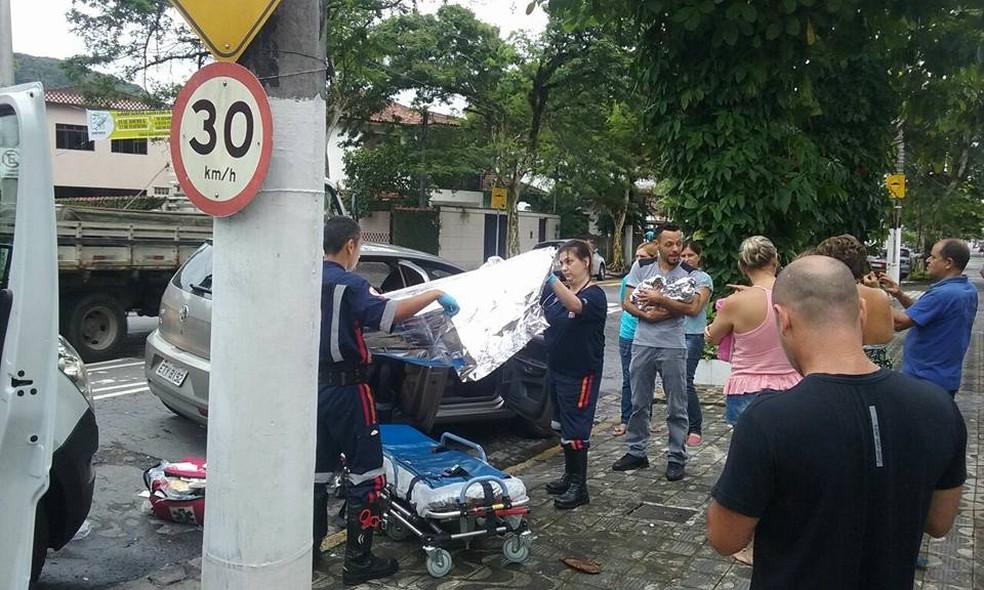 Mãe e filha foram levadas para o Hospital Silvério Fontes, na Zona Noroeste (Foto: G1 Santos)