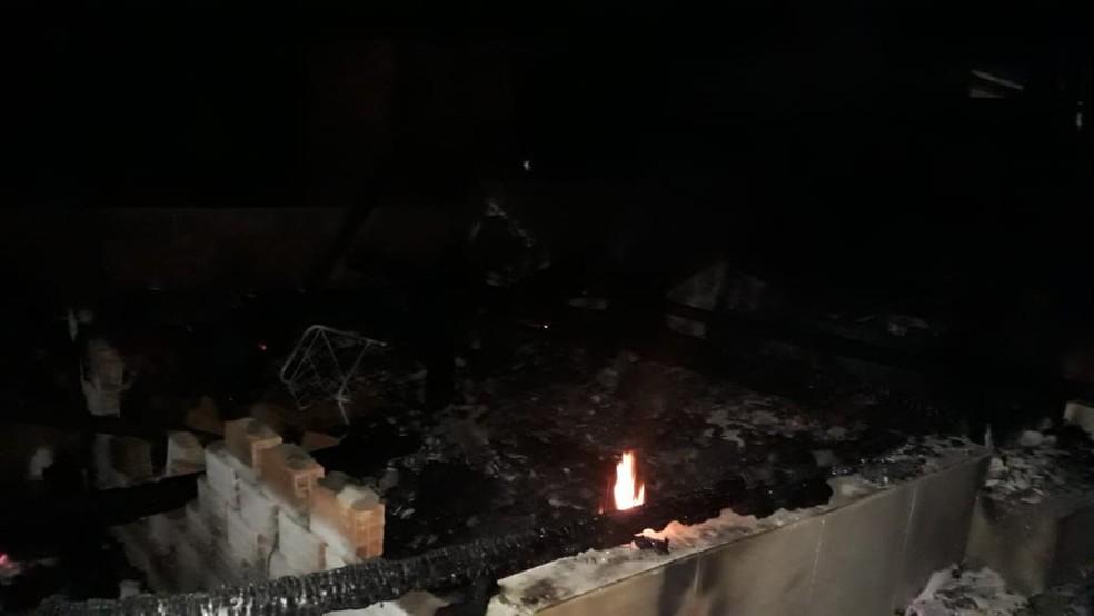 Casa ficou completamente destruída pelo fogo, na madrugada deste domingo (13) — Foto: Bombeiros de Guatambu/ Divulgação