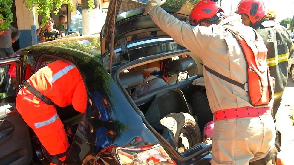 -  Bombeiros prestando socorro a uma das vítimas do acidente em Santarém  Foto: Reprodução/TV Tapajós