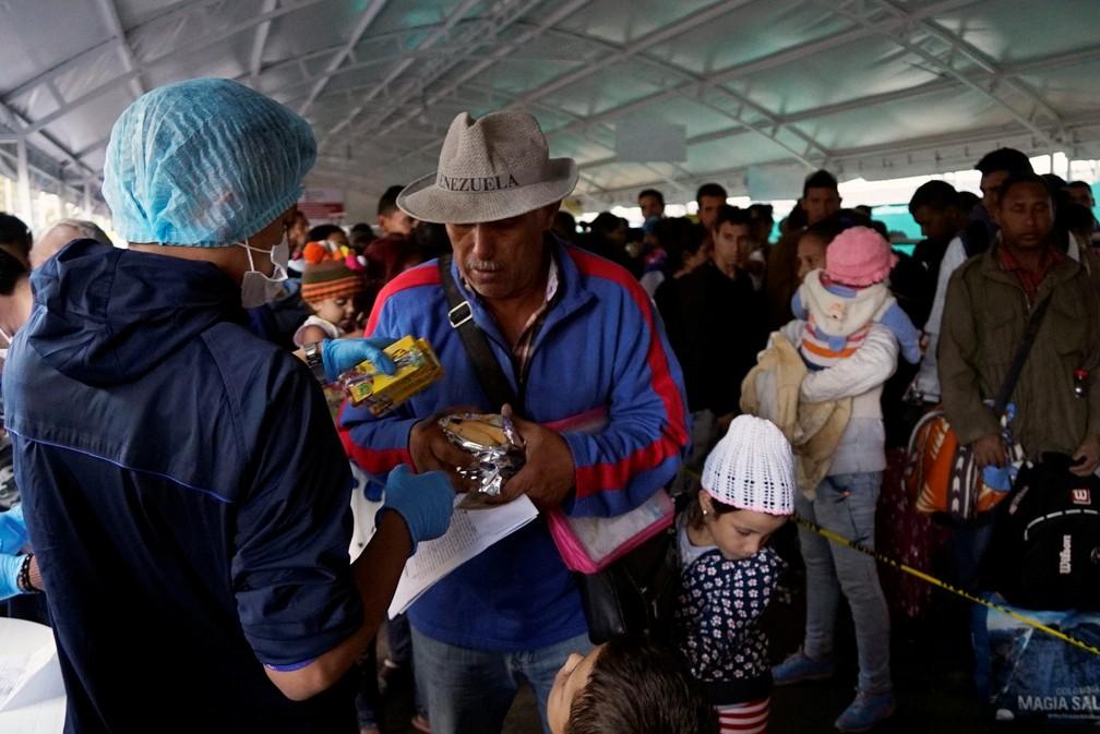 Venezuelano aguarda em fila ao cruzar a fronteira entre Equador e Colômbia — Foto: Daniel Tapia/Reuters