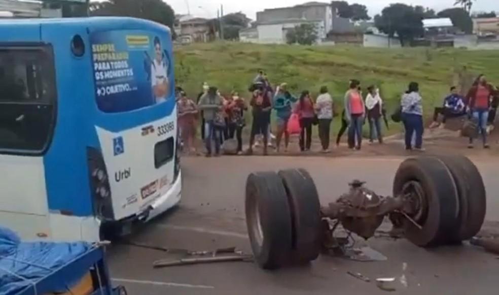 Ônibus perde eixo traseiro no meio de avenida em Taguatinga, no DF — Foto: Divulgação