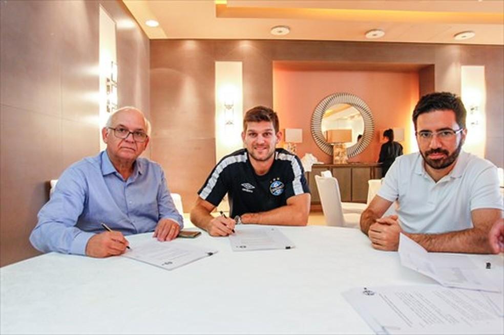 Kannemann assinou vínculo durante viagem (Foto: Lucas Uebel/Divulgação Grêmio)
