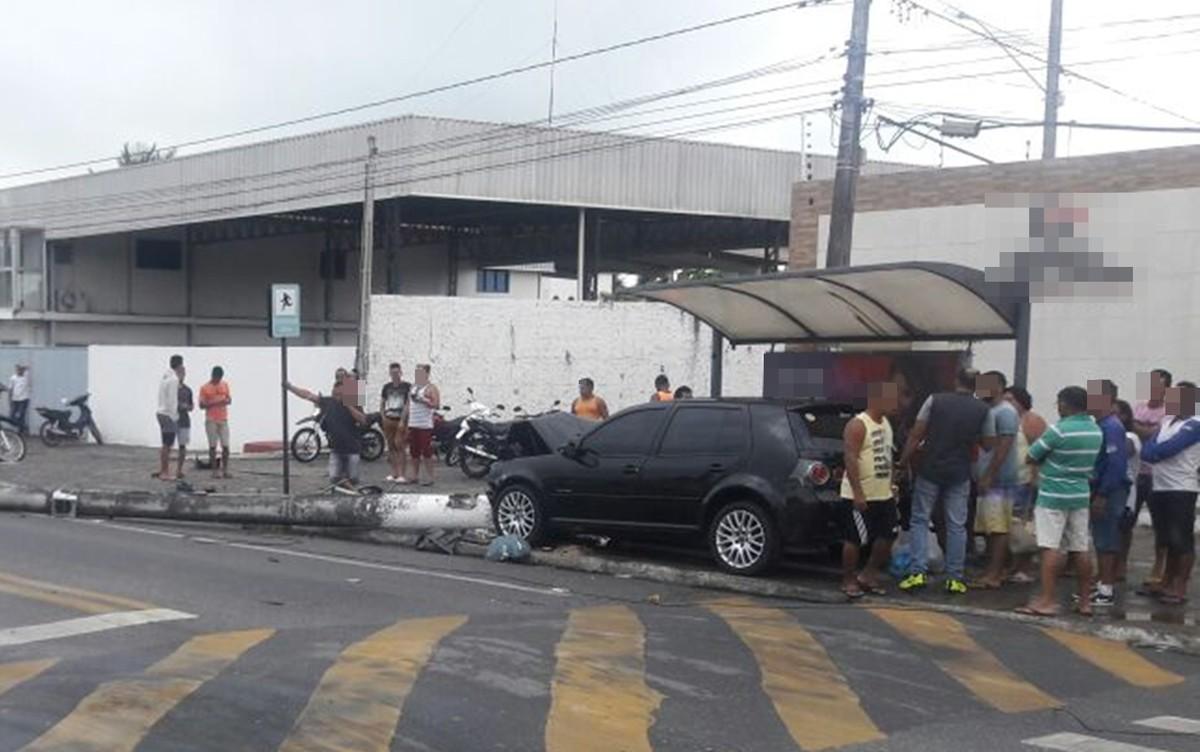 Carro sobe calçada, derruba poste e atropela mulher em Cabedelo, PB
