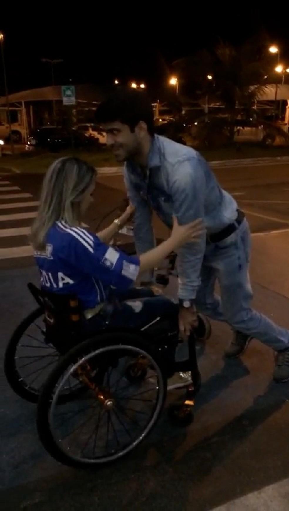 Deficiente físico se esforça para ajoelhar e fazer pedido de casamento — Foto: Reprodução/TV Anhanguera