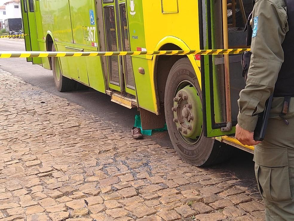Corpo de idoso ficou debaixo do veículo após acidente na Zona Sul de Teresina — Foto: Rafaela Leal/G1