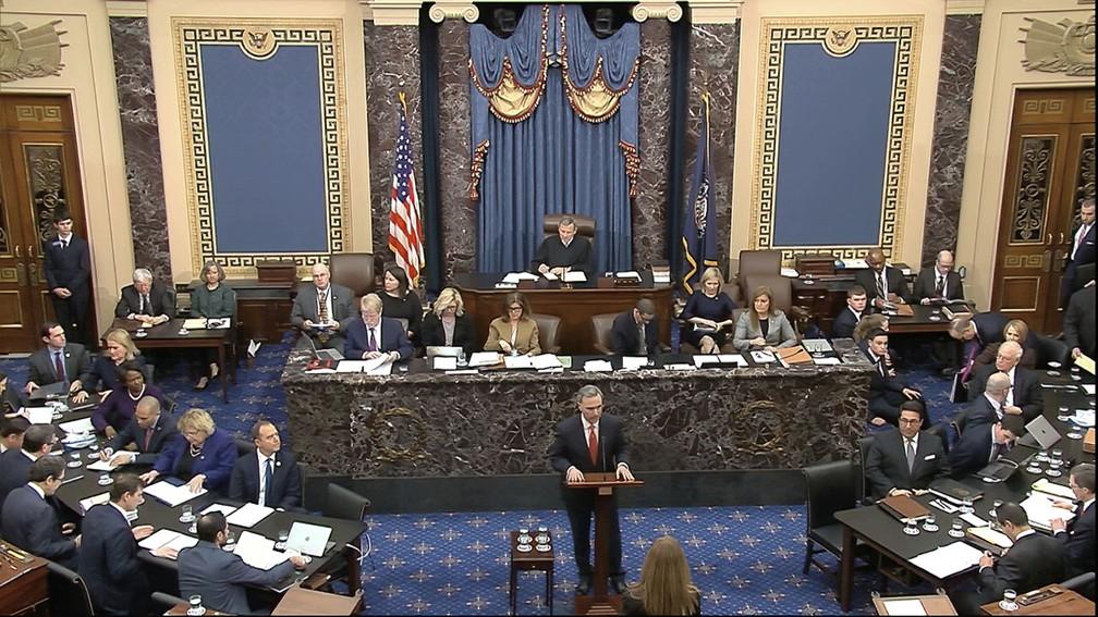 Advogado da Casa Branca, Pat Cipollone, apresenta a defesa de Donald Trump ao Senado durante depoimentos do julgamento de impeachment, na segunda-feira (3) — Foto: Senate Television via AP