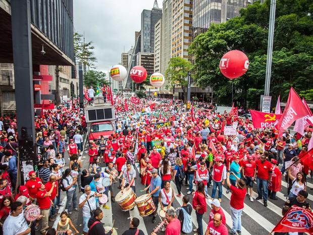 Integrantes de movimentos populares e de centrais sindicais fazem ato contra o impeachment da presidente Dilma Rousseff, por mudança da política econômica e a favor do afastamento do presidente da Câmara dos Deputados, Eduardo Cunha, em São Paulo (Foto: Cris Faga/Fox Press Photo/Estadão Conteúdo)
