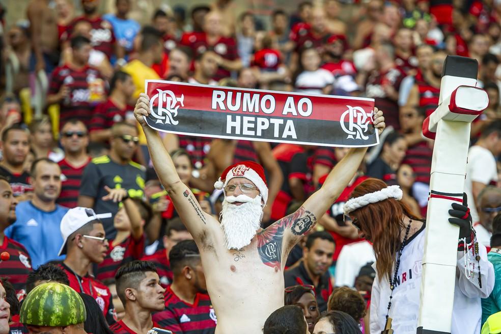 """Torcedor do Flamengo confiante no Maracanã: """"Rumo ao Hepta"""" — Foto: Alexandre Vidal / Flamengo"""