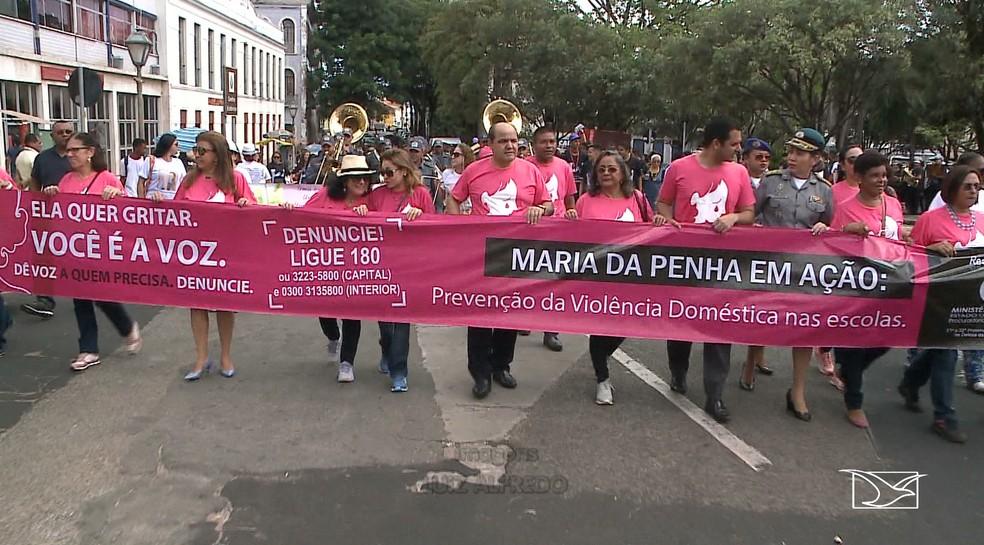 Centenas de pessoas se reuníram e carregaram cartazes que lembravam a importância do combate ao feminicídio. — Foto: Reprodução/TV Mirante