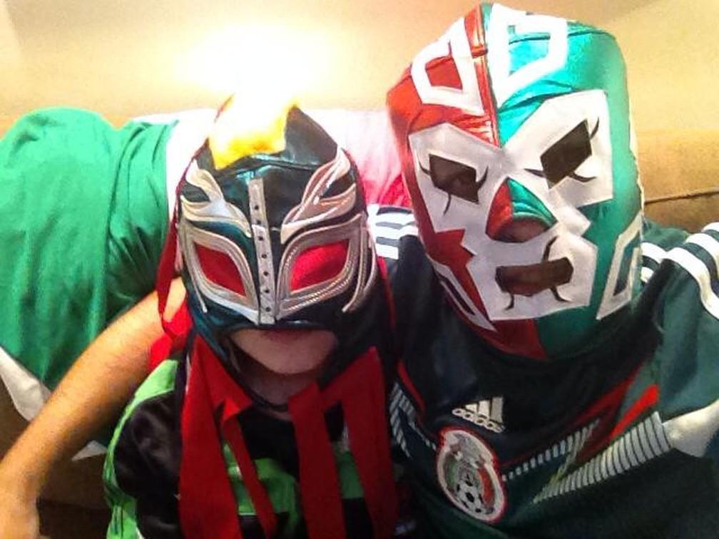 Edson e o filho Miguel vão torcer pelo México no confronto com o Brasil pela Copa da Rússia (Foto: Arquivo pessoal)