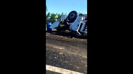 Caminhão carregado de abacaxis tomba e motorista morre na BR-101 em Campos, no RJ; vídeo