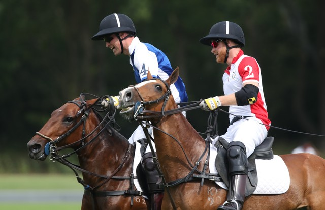 The Duke of Cambridge and Duke of Sussex play polo in the Khun Vichai Srivaddhanaprabha Memorial Polo Trophy during the King Power Royal Charity Polo Day at Billingbear Polo Club, Wokingham, Berkshire. (Photo by Andrew Matthews/PA Images via Getty Images) (Foto: PA Images via Getty Images)