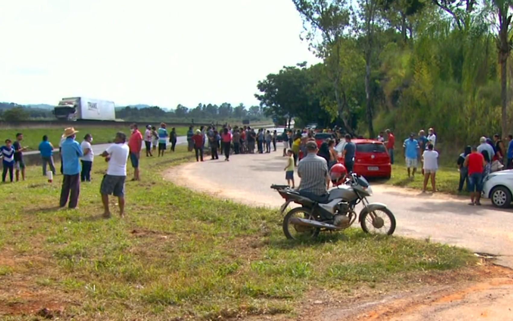 Moradores fazem protesto após fechamento de acesso em São Sebastião da Bela Vista