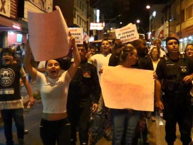Moradores protestam contra violência em Três Corações (Foto: Reprodução EPTV)