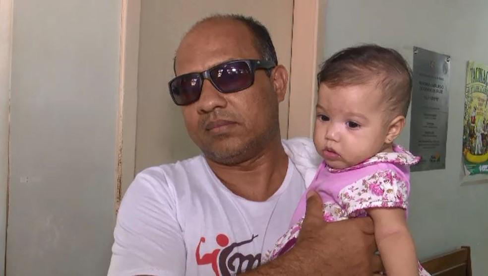 James Reis conta que há três meses procura vacina contra meningite para a filha em postos de saúde de Rio Branco  (Foto: Reprodução/Rede Amazônica Acre)