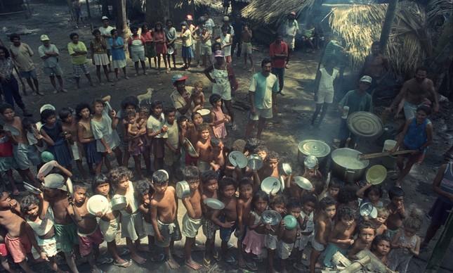 Crianças na Fazenda Macaxeira, em Curionópolis, dias após massacre em Edlorado