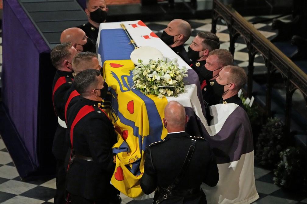 Membros da guarda real carregam o caixão com o corpo do príncipe Philip dentro da Capela de São Jorge em 17 de abril de 2021 — Foto: Yui Mok/Pool/Reuters