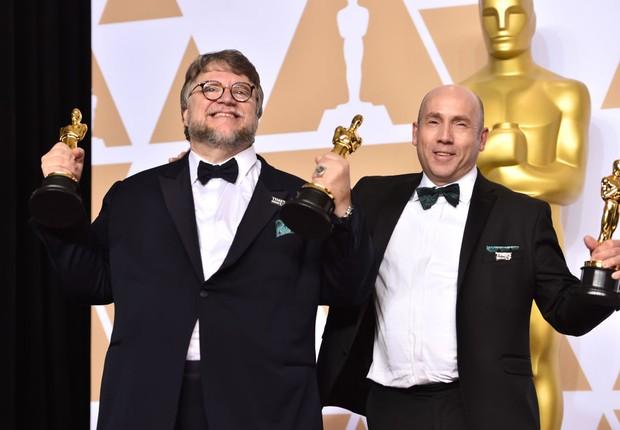 Guillermo del Toro, diretor, e J. Miles Dale, produtor. Profissionais levaram o Oscar 2018 de melhor filme, com A Forma da Água (Foto: Alberto E. Rodriguez/Getty Images)