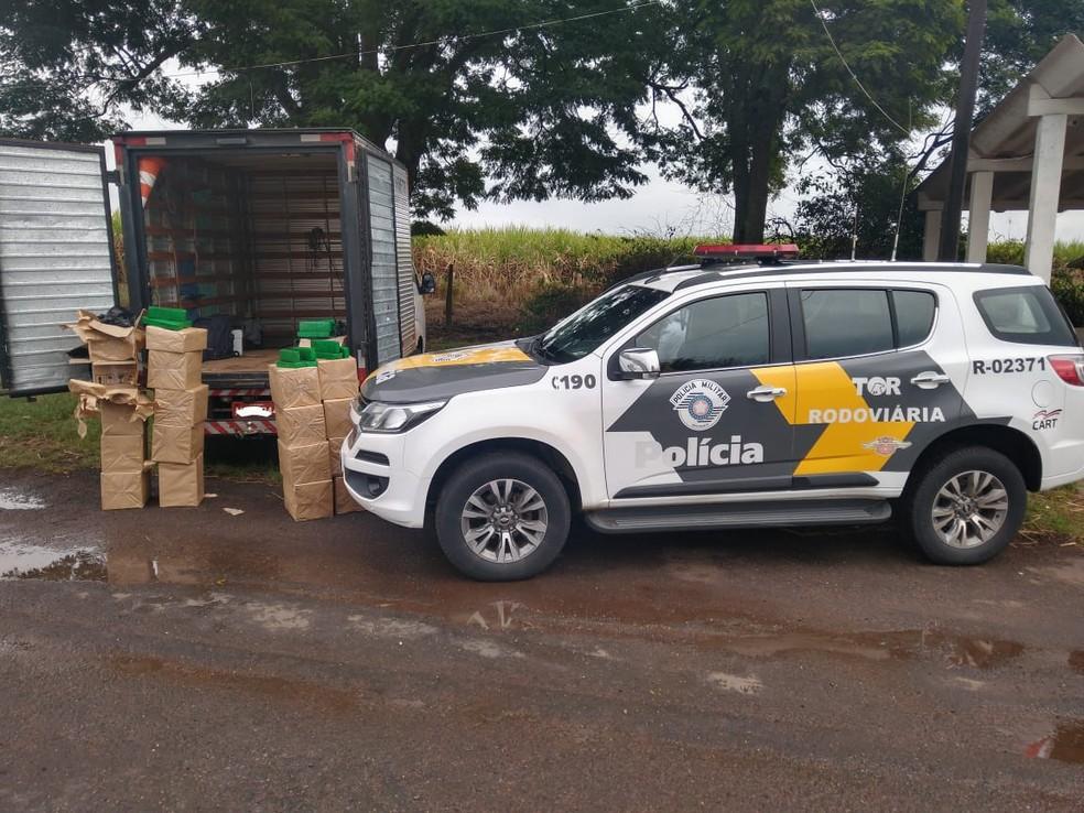 Caixas de papelão com maconha estavam no baú do caminhão e teriam como destino a Grande São Paulo — Foto: Polícia Rodoviária/Divulgação