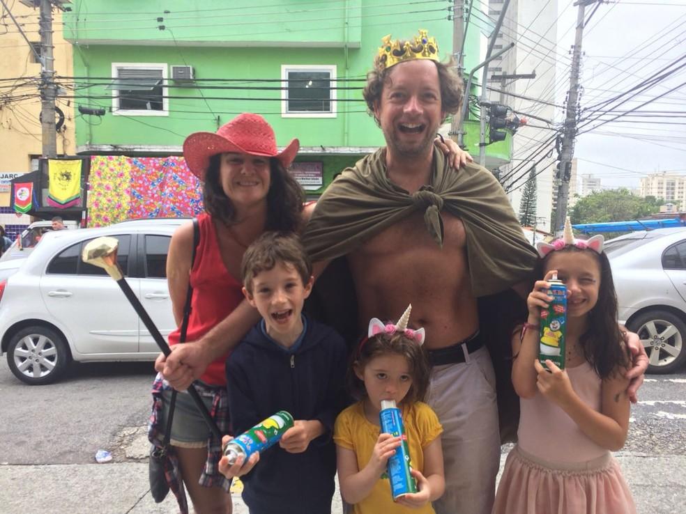 Família francesa já é veterana da folia brasileira: oa pais Perrine e Benjamin, com os filhos e suas espumas: Camille, Bruna e Zoe (Foto: Ana Carolina Moreno/G1)