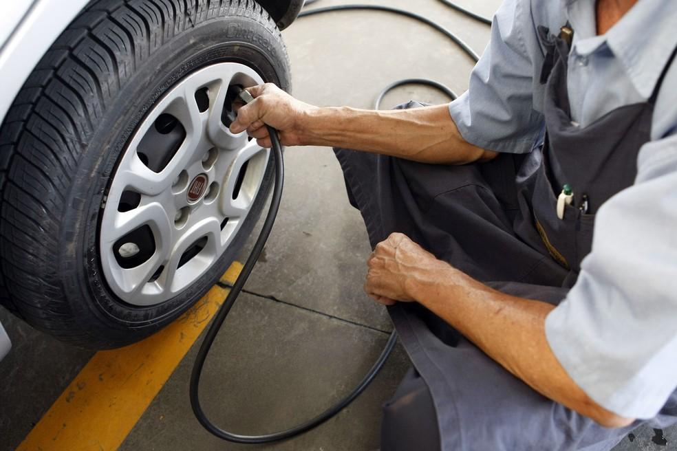 Rodar com os pneus descalibrados pode fazer o consumo de combustível aumentar 10% (Foto: Sergio Castro/Estadão Conteúdo)