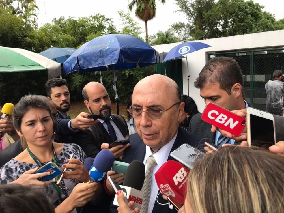 O ministro da Fazenda, Henrique Meirelles, dá entrevista após reunião que discutiu proposta de reforma da Previdência (Foto: Alessandra Modzeleski)