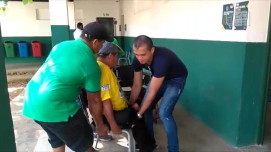 Cadeirante adapta rampa em escola de Teresina e é carregado para conseguir votar