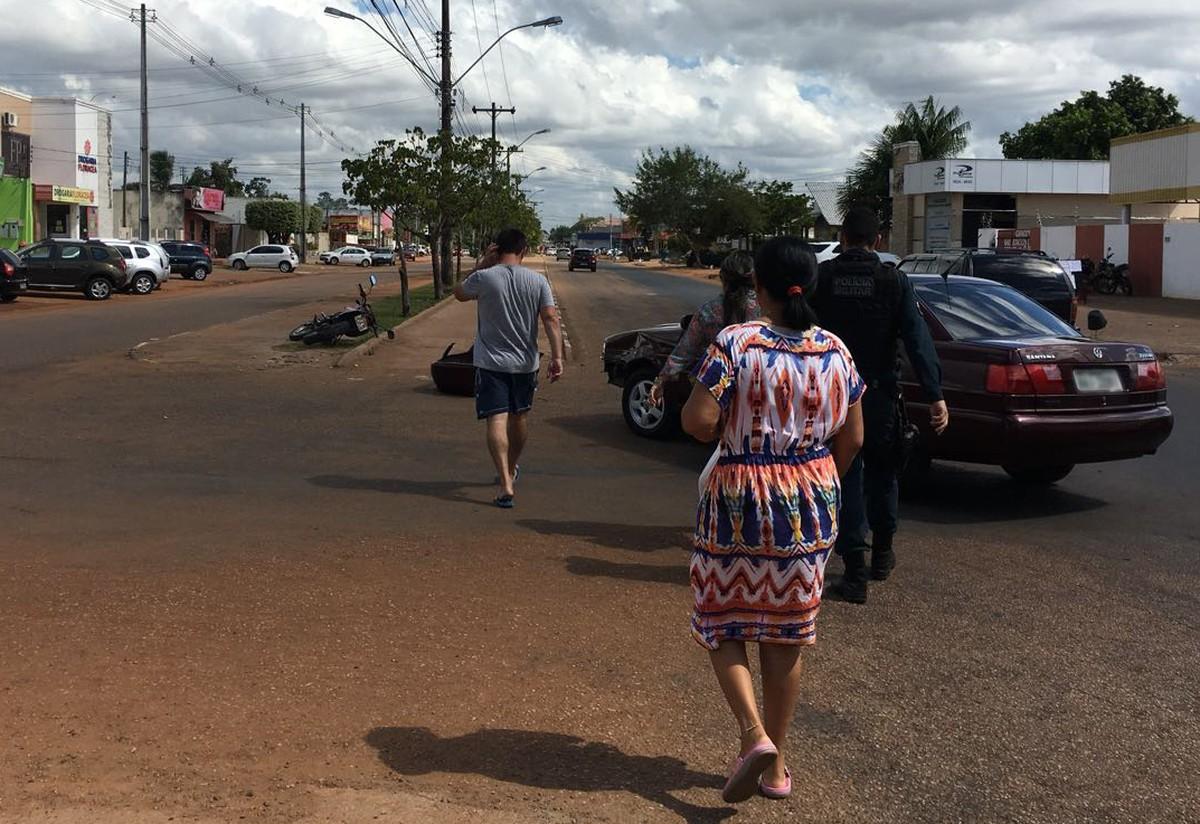 Acidente entre carro e moto deixa duas pessoas feridas na zona Norte de Boa Vista