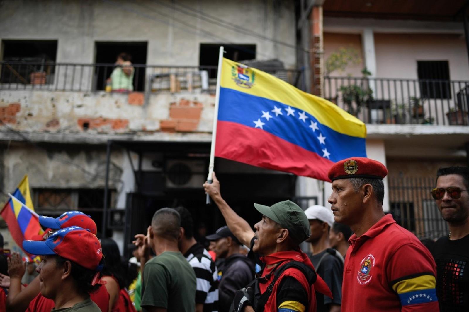 Apoiadores de Nicolás Maduro em uma passeata contra as sanções dos EUA — Foto: Federico Parra/AFP