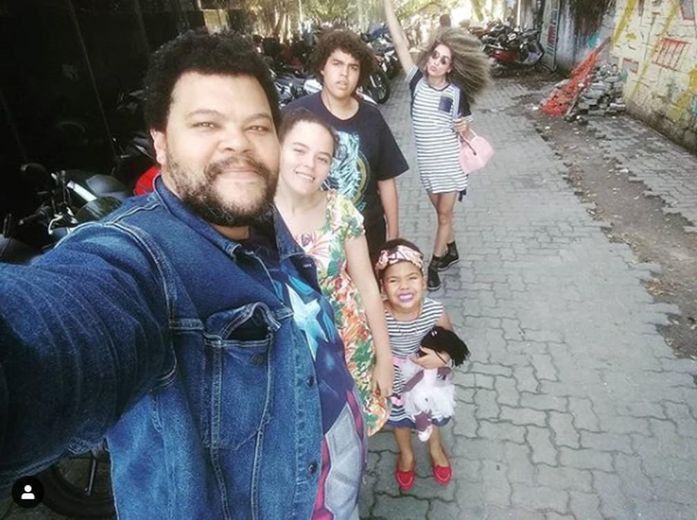 Babu conta que tenta sempre ser um pai presente para os filhos Carlos, Laura e Piná — Foto: Reprodução / Instagram