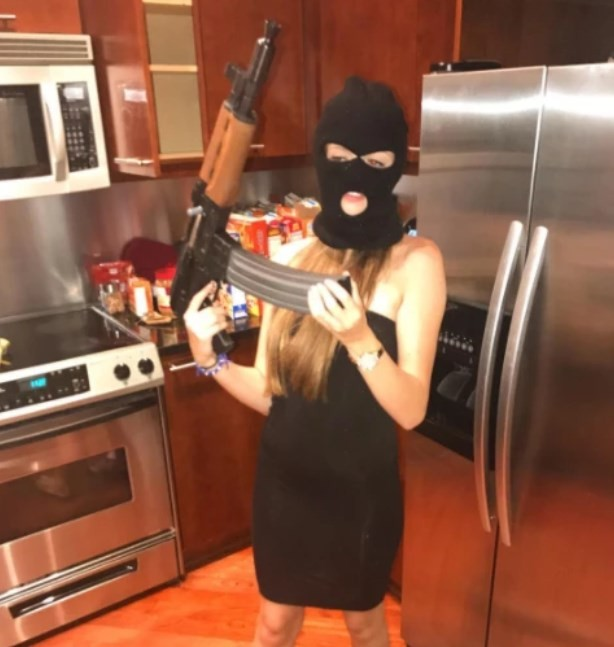 Victoria Waldrip mascarada e com fuzil