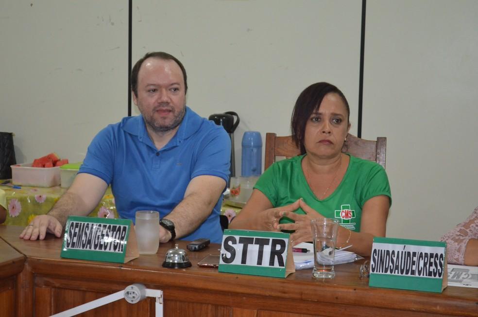 Secretário de Saúde de Santarém, Edson Filho e a presidente do Conselho Municipal de Saúde, Gracivane Moura (Foto: Fábio Cadete/G1)