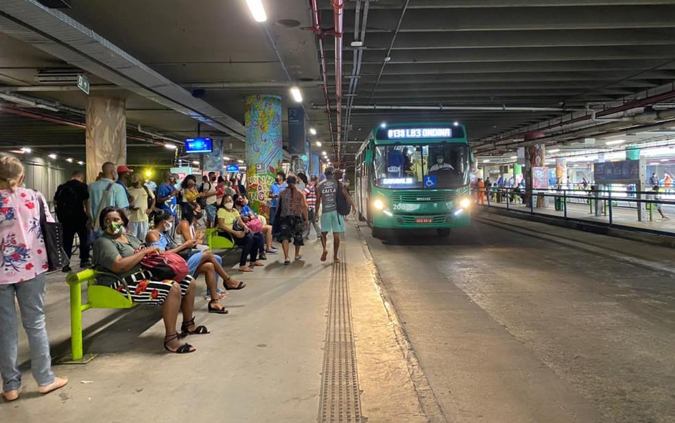 Após paralisação de 4h, coletivos voltaram a rodar na capital baiana — Foto: Camila Oliveira/TV Bahia