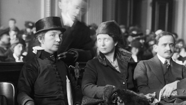 Margaret Sanger e sua irmã Ethel Byrne no tribunal (Foto: Getty Images via BBC News Brasil)