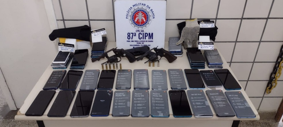 Homem é preso e adolescente é apreendido com 40 celulares após roubo em loja no extremo sul da Bahia — Foto: Divulgação / SSP-BA