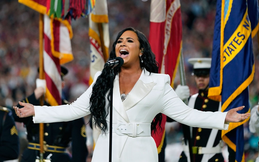 Demi Lovato cantou o hino americano antes do Super Bowl — Foto: David J. Phillip/AP