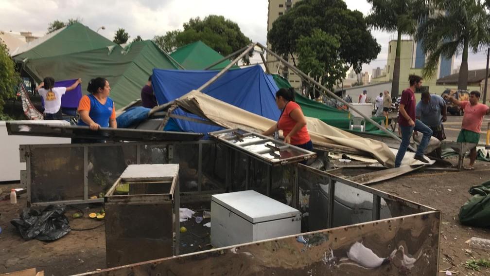 Dona de barraca de pastel disse que perdeu tudo com a ventania desta quarta-feira em Piracicaba — Foto: Arthur Menicucci/G1