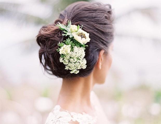 Troque o véu por um arranjo floral para prender os cabelos (Foto: Instagram / Martha Stewart Wedding)
