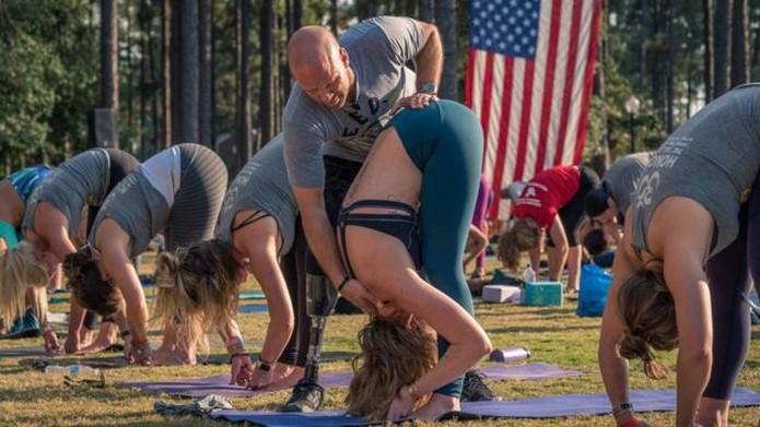 'Eu sempre digo, convide alguém que você sabe que precisa de ajuda a fazer ioga. Você pode salvar sua vida. Foi o que aconteceu comigo', diz Nevins — Foto: Arquivo pessoal/BBC