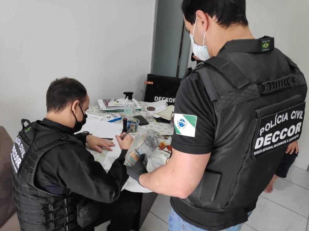 Dinheiro apreendido em operação contra desvios de verbas destinadas à saúde — Foto: Polícia Civil do Paraná/Divulgação