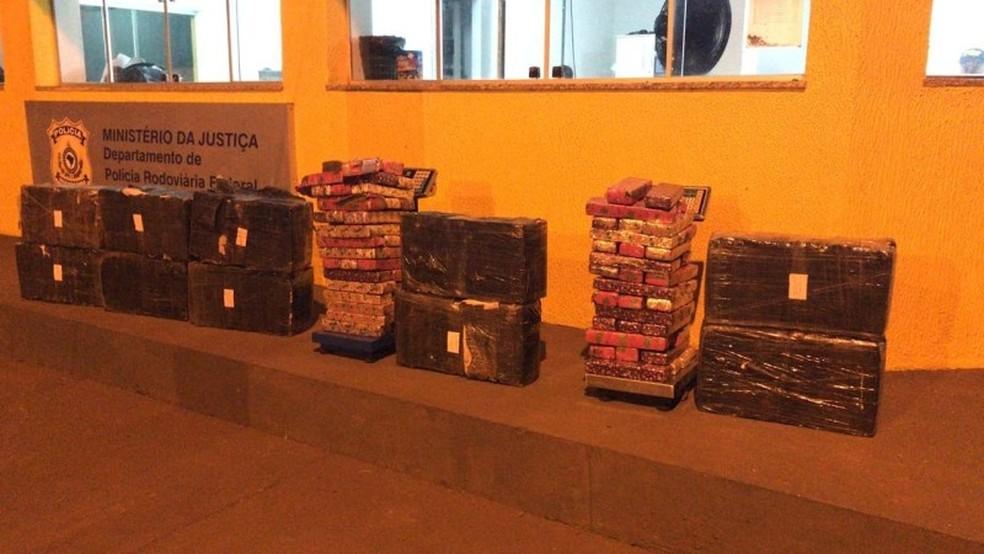 Maconha é encontrada dentro de veículo que capotou, em Ponta Porã. — Foto: Polícia Rodoviária Federal/Divulgação