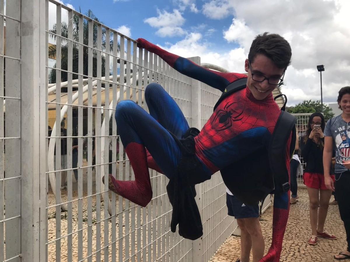 Enem: estudante que quer cursar biologia vai de homem-aranha fazer prova no DF
