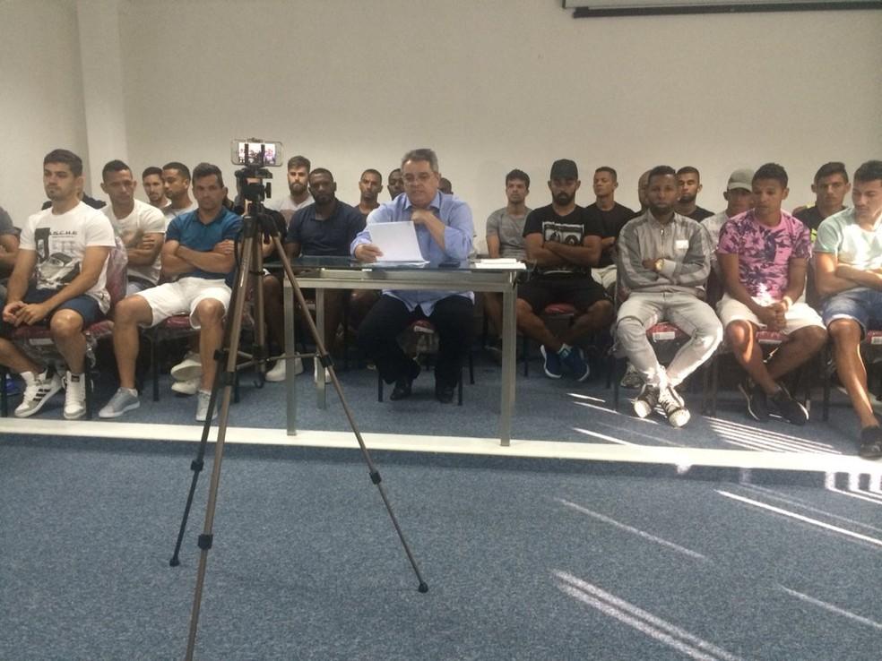 Felipe Augusto lê a decisão tomada pelo grupo de jogadores do ABC (Foto: Hugo Monte/GloboEsporte.com)