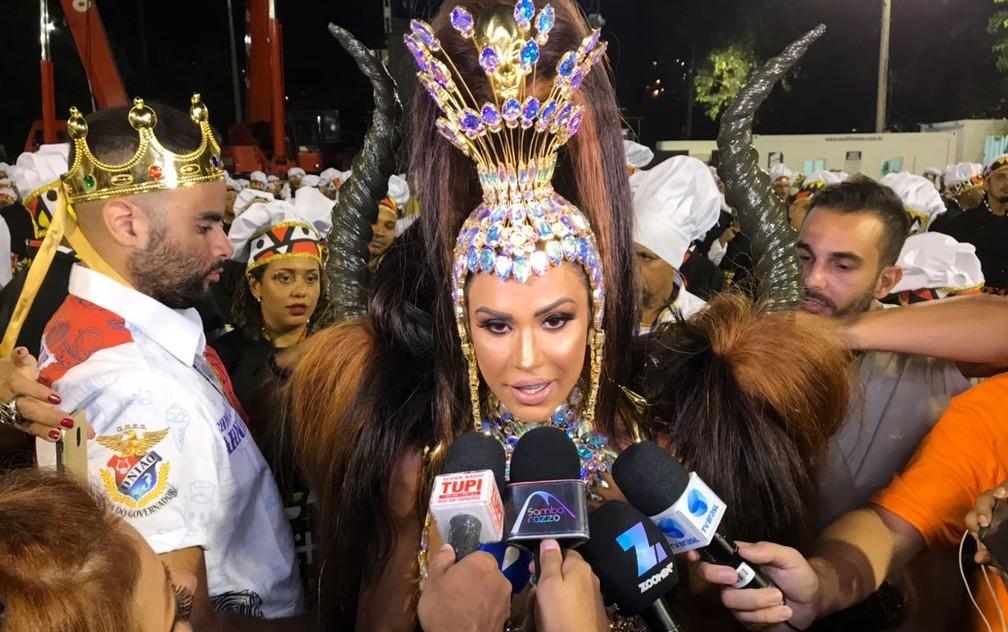 Gracyanne conversa com jornalistas antes do desfile da União da Ilha (Foto: Gabriel Castelo Branco / G1)