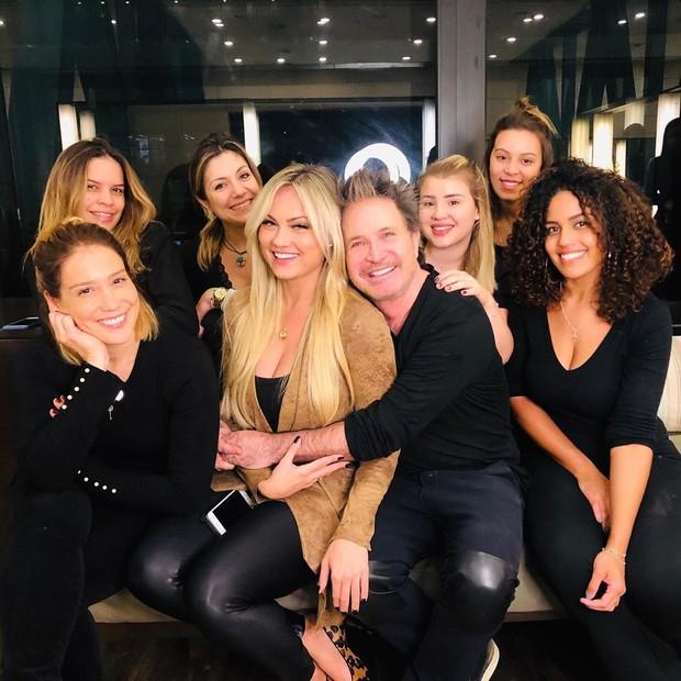 Ellen Rocche com a equipe do salão (Foto: Reprodução/Instagram)