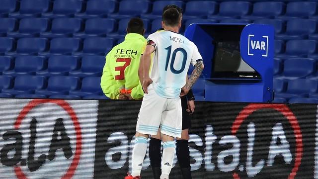 Messi fiscaliza o árbitro brasileiro Raphael Claus, que revista lance do gol do camisa 10 no VAR: não deu, o gol foi anulado