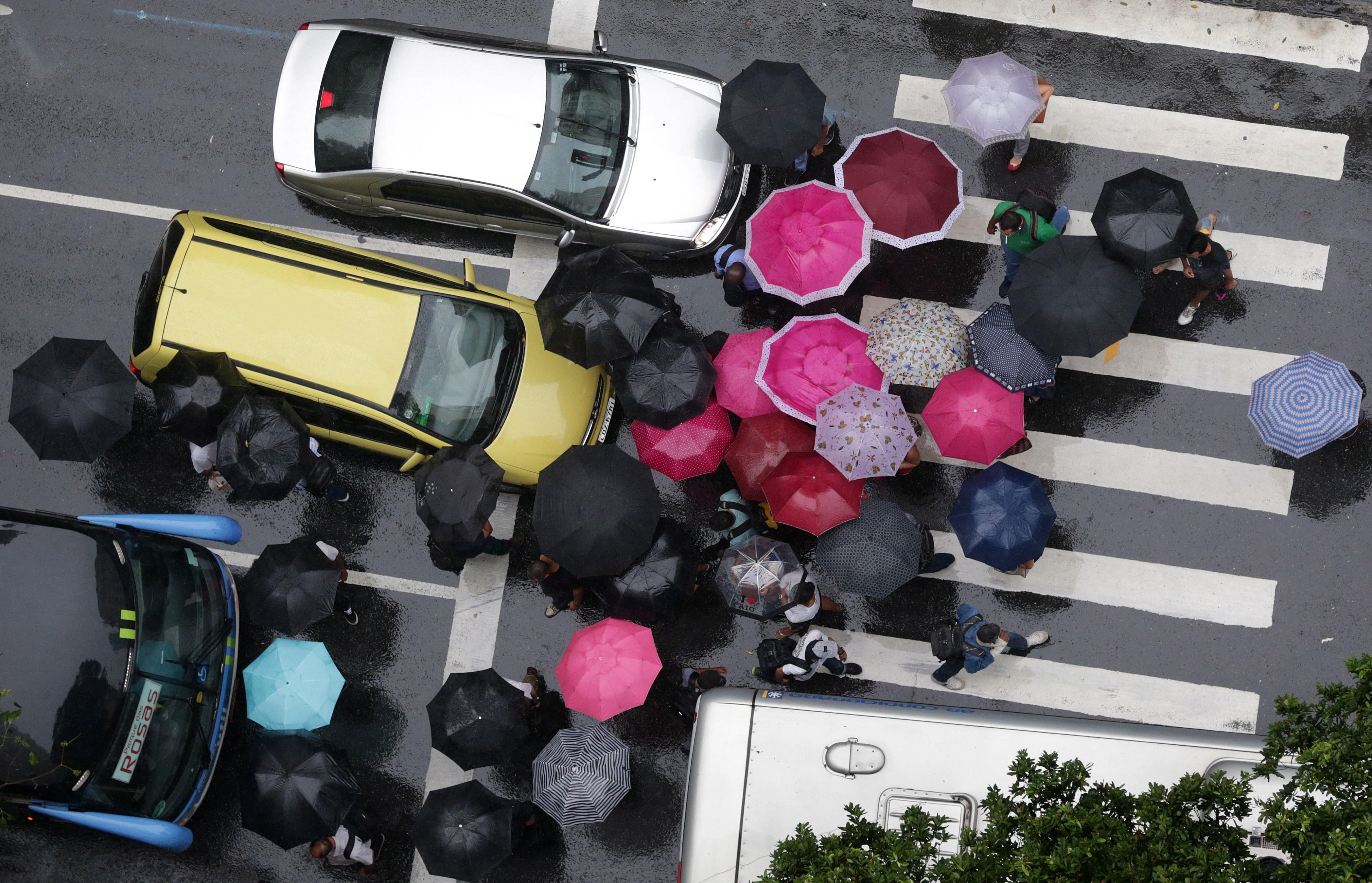 Pedestres atravessam a Avenida Rio Branco, no Centro