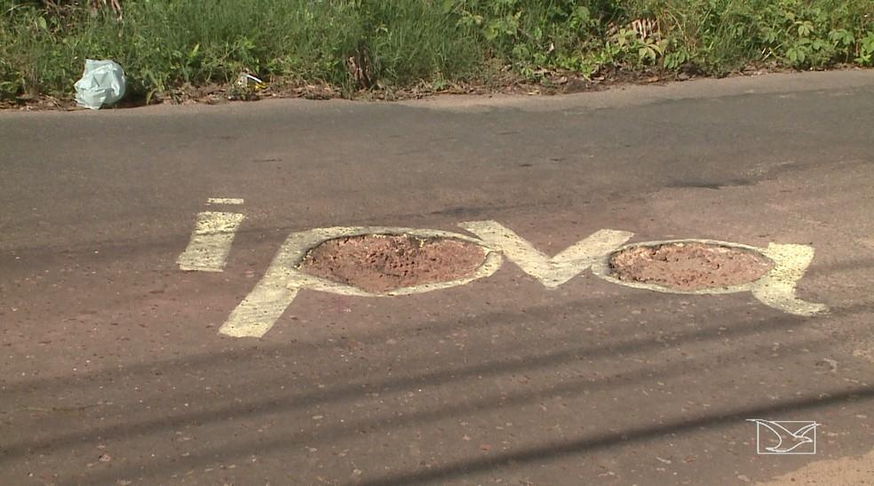 Arte na rua idealizado pelos moradores do Turu também questiona o uso do IPVA para a manutenção das vias (Foto: Reprodução/TV Mirante)