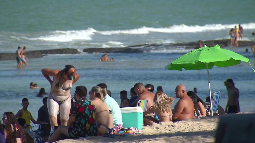 Pessoas desrespeitam proibição de banho de mar e ocupação da faixa de areia no Recife neste domingo (12) — Foto: Reprodução/TV Globo