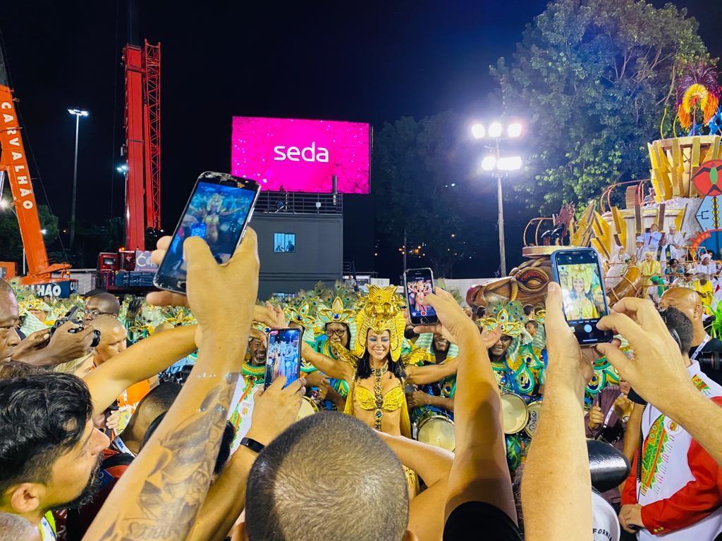 Veja o desfile da rainha Paolla Oliveira em FOTOS